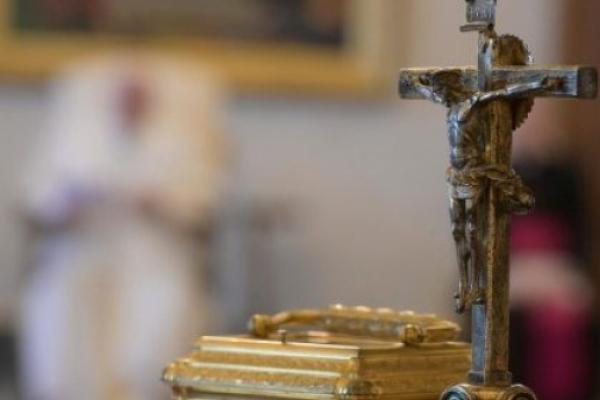 La Cruz de Cristo. El Papa en la catequesis. En estos días santos, Crucifijo y Evangelio