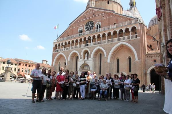 Peregrinos ante la Basílica de San Antonio de Padua, Italia