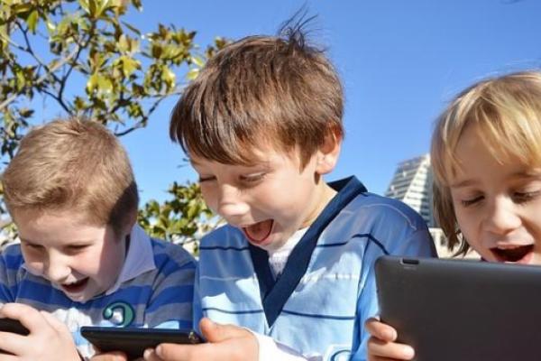 5 razones serias para no regalar móviles a los niños por la Primera Comunión, ni tampoco después