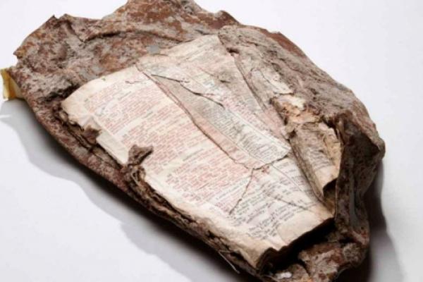 Un fragmento de la Biblia quedó incrustado en los escombros de las Torres Gemelas