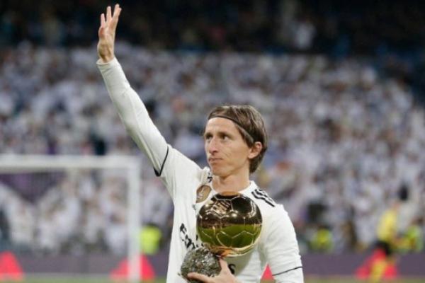El futbolista Luka Modric orgulloso de la Primera Comunión de su hijo