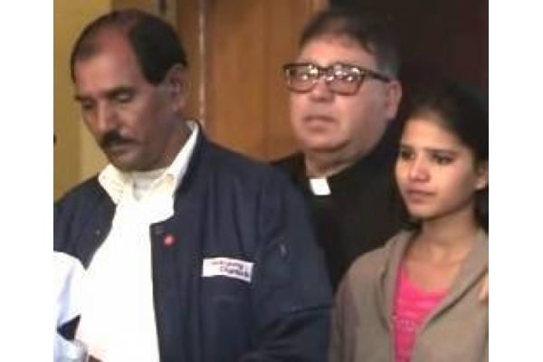 El marido la hija y un representante de la Iglesia