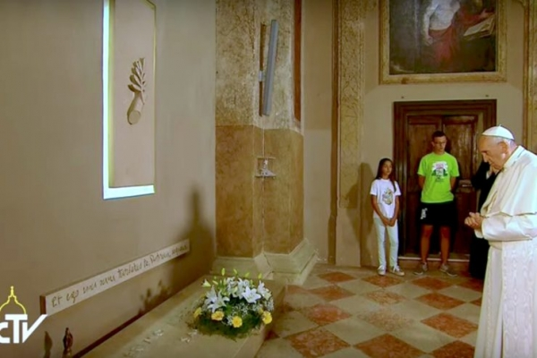 El Papa Francisco ante la tumba del párroco de Italia