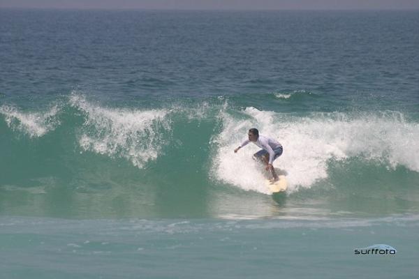 Nombran playa en honor al santo surfista