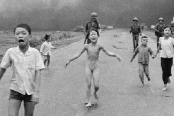 La «niña del Napalm», premiada por su vida entregada a la paz