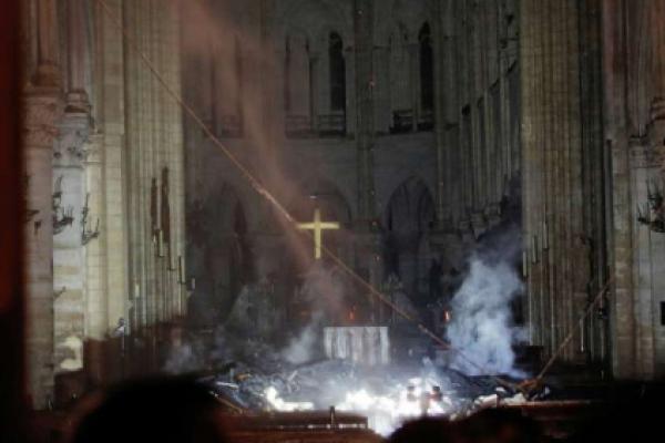 Los bomberos entraron su su capellán para salvar lo mas sagrado
