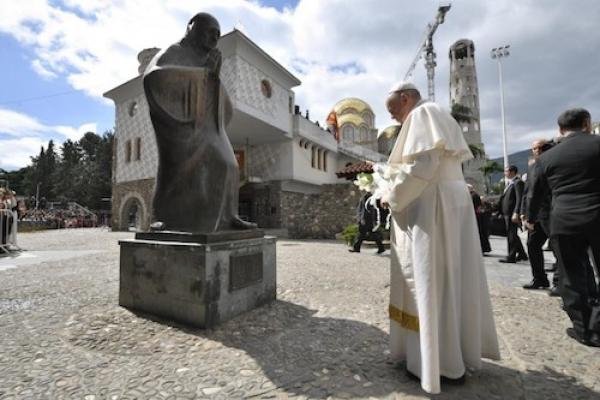 El Papa Francisco visita el memorial de la Madre Teresa en Skopje, Macedonia del Norte