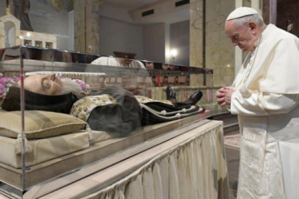 El Papa Francisco rezó ante la tumba de San Pío