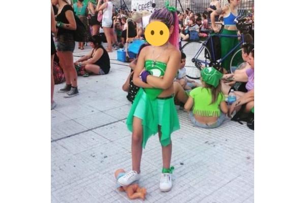 "La foto de una niña pisando un ""bebé"" en Argentina desata la polémica"