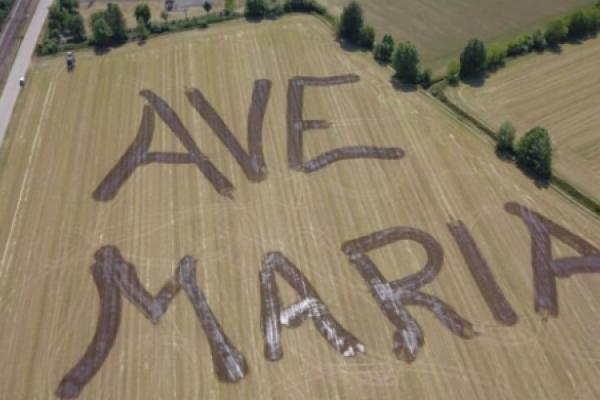 Coronavirus: Un Ave María gigante en un campo de Italia