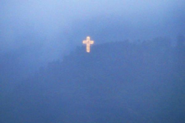 La Cruz que anuncia la Navidad en Caracas