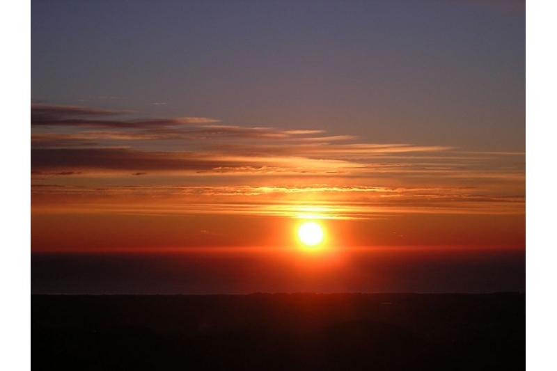 Contemplar el Orto del sol al amanecer desde el mirador del Garbi, Valencia, España