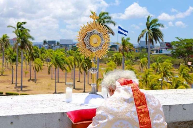 Desde cúpula de la Catedral, bendicen Nicaragua con el Santísimo Sacramento contra el coronavirus