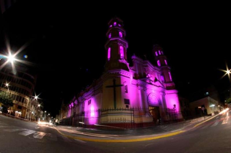 Catedral se ilumina de morado por el mes del Señor de los Milagros