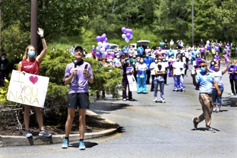 Corre 350 km en homenaje a su abuela que tenía coronavirus para animarla