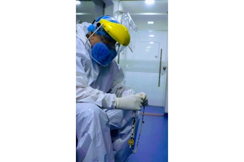 Médico reza el Rosario a diario antes de entrar al quirófano