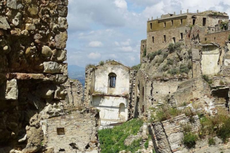 Descubre la misteriosa ciudad fantasma de Craco en Italia