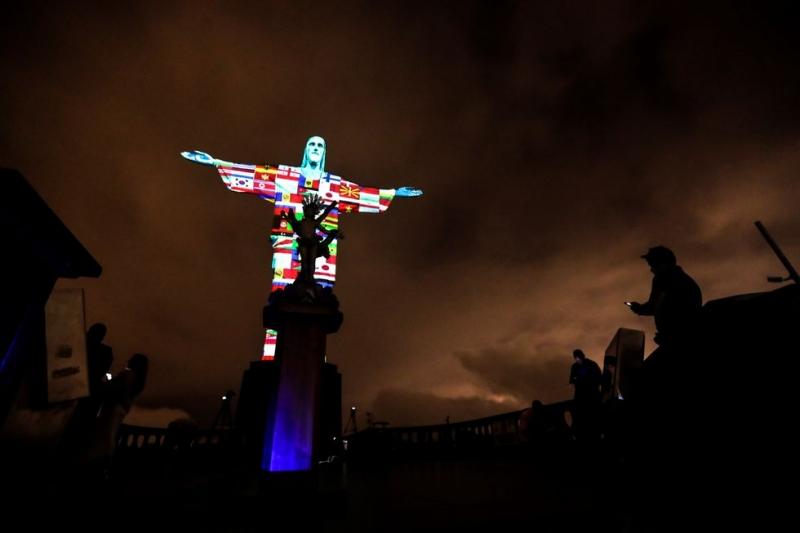 El Cristo Redentor de Río se ilumina en homenaje a los países afectados por coronavirus