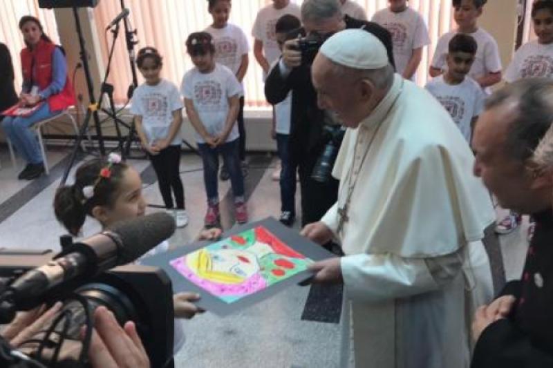 El Papa abrazó a los niños prófugos de Siria e Irak en Bulgaria: migrantes cruz de la humanidad