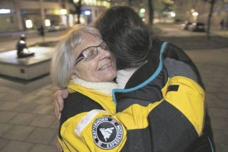 Elisa Lindquvist abraza a una mujer de la calle en Estocolmo