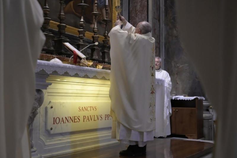 El Papa Francisco celebra Misa desde la capilla de la tumba de San Juan Pablo II