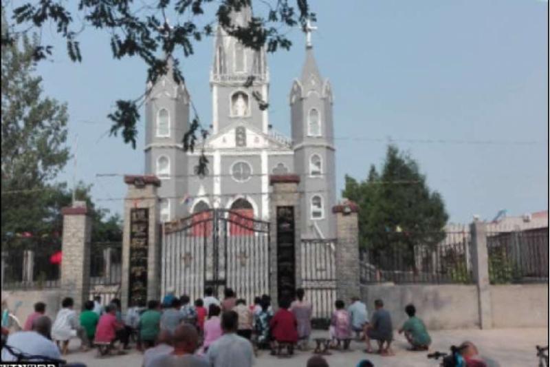 Católicos chinos rezan fuera de las iglesias cerradas por el Gobierno