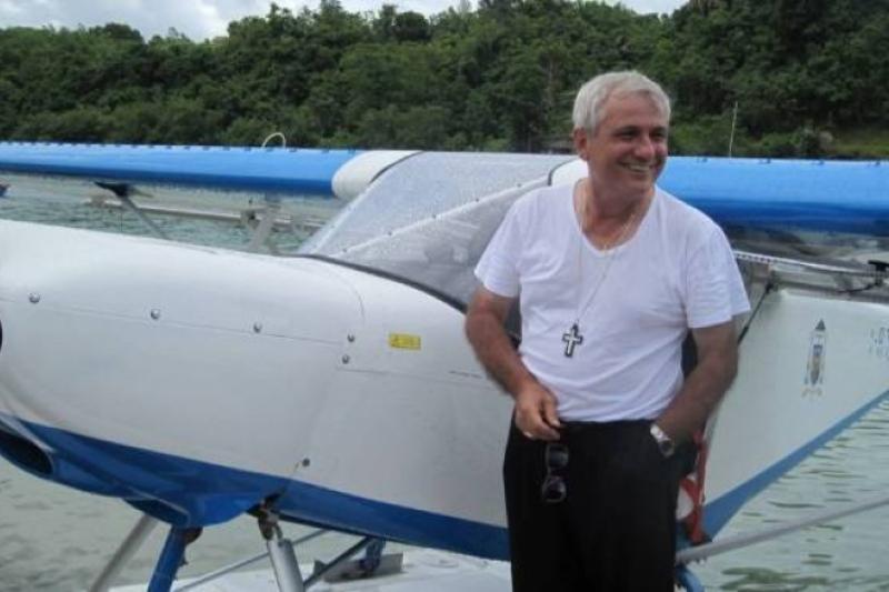 El obispo volador recorre más de 300 islas para llegar a sus 14.000 católicos
