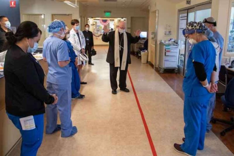 Coronavirus: Obispo visita hospital de California y bendice a pacientes y médicos