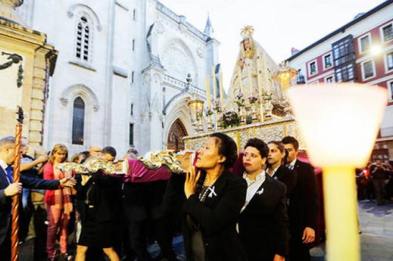 La Virgen de Begoña peregrina, con su nuevo manto, en la procesión de las antorchas