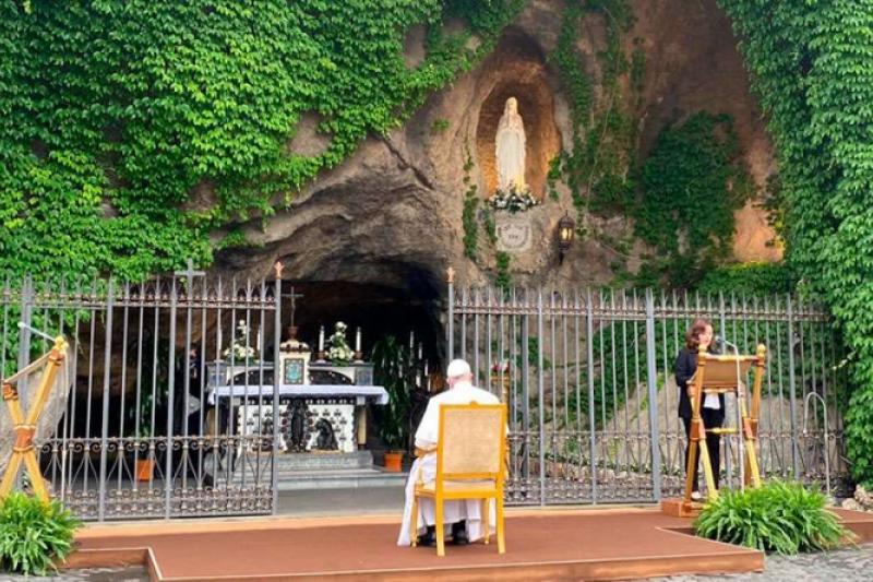 El Papa Francisco nos pone en manos de la Virgen