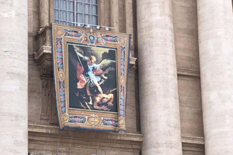 El  arcángel San Miguel preside la Plaza de San Pedro