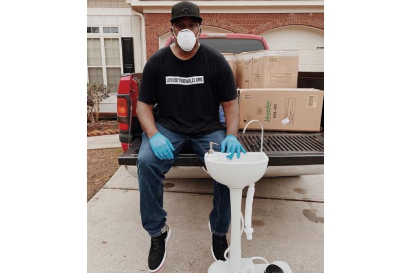 Coronavirus: Un ciudadano americano instala lavamanos portátiles para personas sin hogar