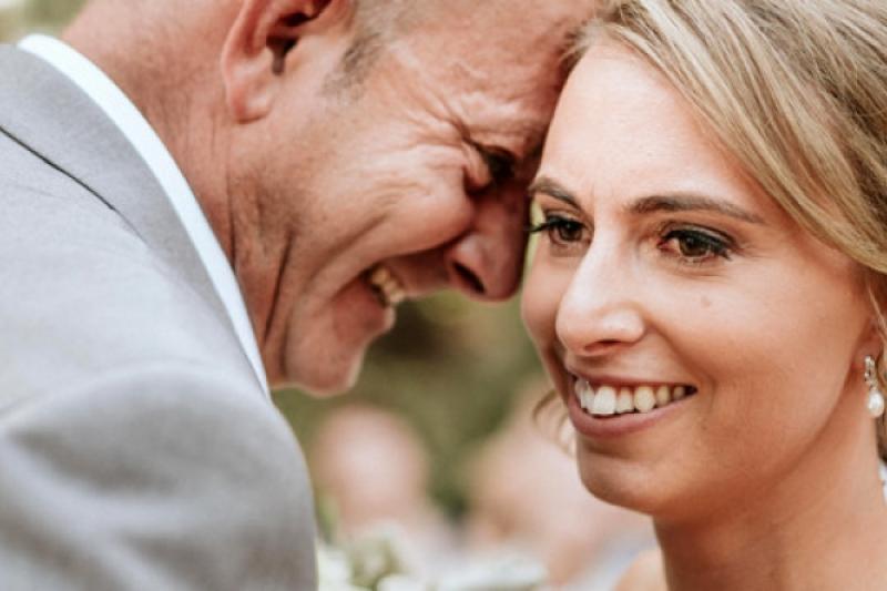 Un ingenioso fotógrafo hace disfrutar a esta ciega del álbum de su boda