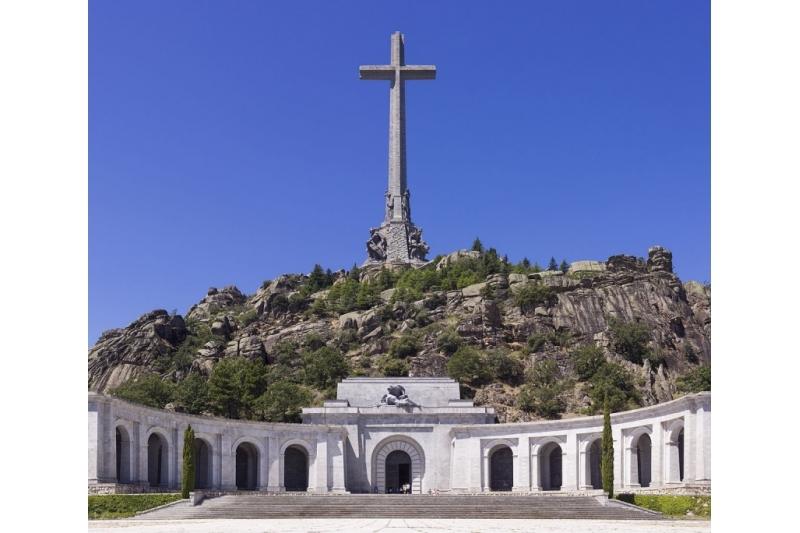 Expulsar a los Monjes Benedictinos del Valle de los Caídos por decreto