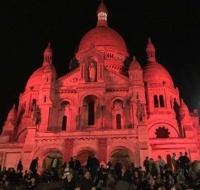 Basílica del Sagrado Corazón de París se tiñó de rojo en honor a los mártires cristianos