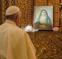 El Papa Francisco reza ante Nuestra Señora de los Dolores durante su visita a Ecuador de julio de 2015