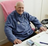 Tiene 97 años y es el médico en activo más anciano de Francia