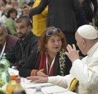 El Papa Francisco almuerza con los pobres