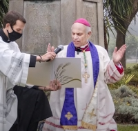 El arzobispo Cordileone reza la oración de exorcismo a San Miguel donde fue derribada una estatua de San Junípero Serra