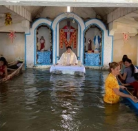 Filipinas: Fieles asisten a Misa en barca