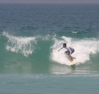 Nombran playa en honor al santo surfista