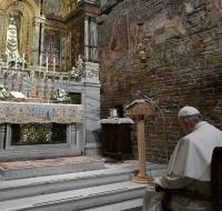 El Papa Francisco se recoge en silenciosa oración ante la Virgen de Loreto