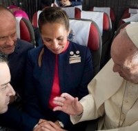 ¿Porque celebró el matrimonio en pleno vuelo el Papa Francisco?