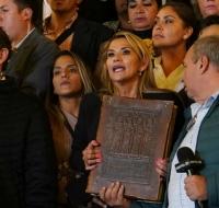 Jeanine Áñez, nueva presidenta de Bolivia, cambia la Pachamama por los Evangelios