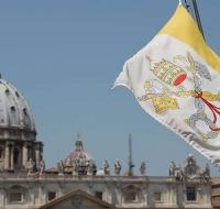 El Vaticano iza sus banderas a media asta en luto por las víctimas del COVID-19