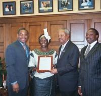 Wangari Maathai la primera mujer africana en recibir el Premio Nobel de la Paz